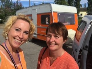 Lise Askvik og Lene Haug med campingvogna til Helsepartiet